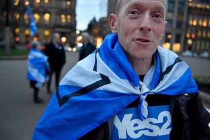 Manifestantes pró-independência depois do anúncio de Nicola Sturgeon de seu pedido de um novo referendo para a Escócia.