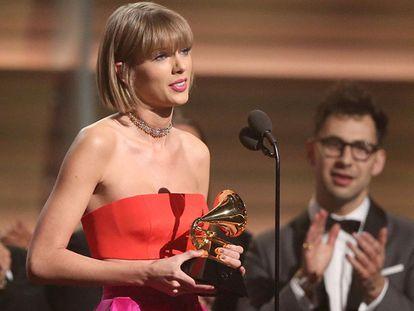 Taylor Swift com o Grammy de disco do ano.