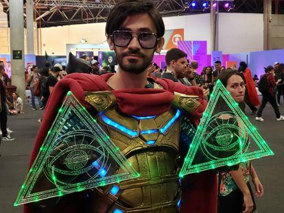 O designer e cosmaker Henrique Cavalcante, caracterizado como Mysterio, da Marvel.