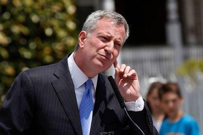 O prefeito de Nova York, Bill de Blasio, fala com jornalistas no Brooklyn, em abril.