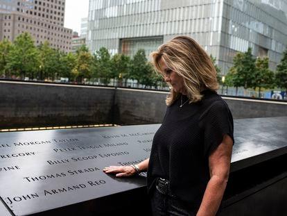 Terry Strada, que ficou viúva nos ataques de 11 de setembro, na quinta-feira, no monumento comemorativo em Nova York.
