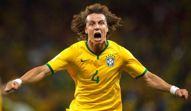 David Luiz comemora gol diante da Colômbia, na Copa de 2014.