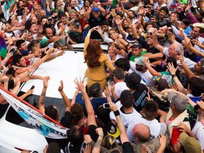 Apoiadores rodeiam Cristina Kirchner na saída do tribunal federal em Buenos Aires.