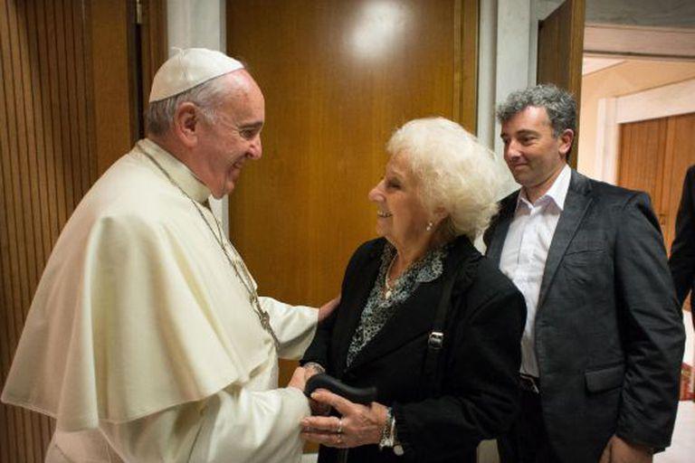 O papa com Estela de Carlotto e seu neto.