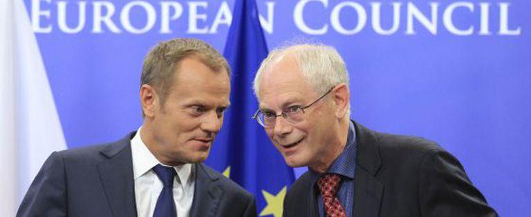 O presidente do Conselho Europeu, Herman Van Rompuy (à direita), fala com seu sucessor, o primeiro-ministro polonês Donald Tusk.