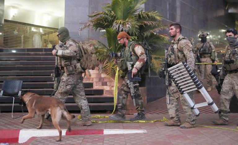 Soldados franceses no hotel Radison de Bamaco.
