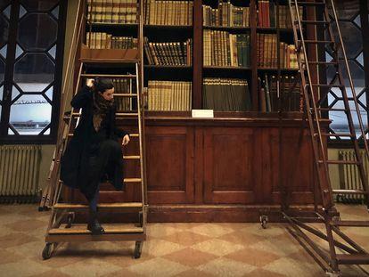 A pesquisadora Isabella Callia, na biblioteca do Archiginnasio, em Bolonha.
