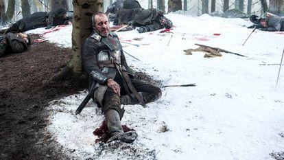 Debaixo da perna direita de Stannis, destaca-se o cabo e o carregador de um laptop.