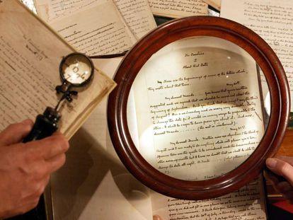 Manuscritos de Arthur Conan Doyle exibidos na casa de leilões Christie's, em Londres.
