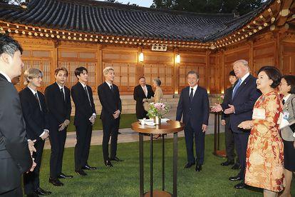 O presidente dos EUA, Donald Trump, conversa com a 'boy band' EXO durante uma visita presidencial à Coreia do Sul em 2019.