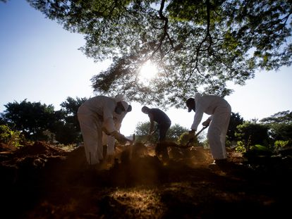 Coveiros realizam um enterro no cemitério de Vila Formosa, em São Paulo, no dia 29 de abril.