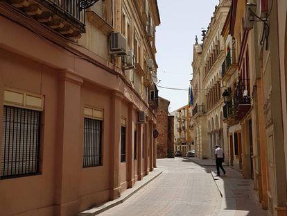 A rua da Feira, com a Prefeitura e a igreja de São Miguel ao fundo, em Andújar.