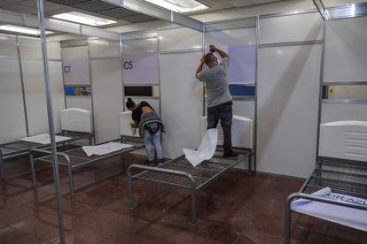 Trabalhadores na construção do hospital de campanha no Anhembi, em São Paulo, na semana passada.