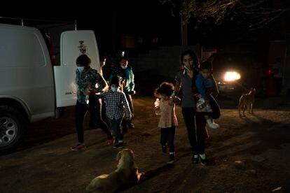 Famílias de migrantes esperam para serem aceitas no abrigo Pan y Vida em Ciudad Juárez.
