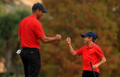 Tiger Woods e seu filho Charlie em dezembro.