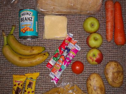 O pacote com alimentos para cinco dias, publicado na conta @RoadsideMum, no Reino Unido.