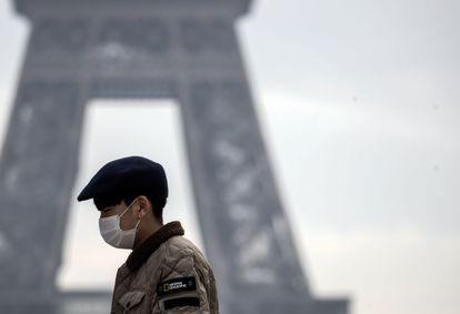 Turista usa máscara contra o coronavírus em Paris.