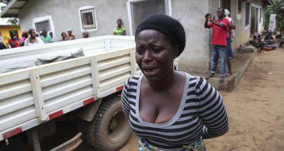 Uma mulher chora pela morte de um familiar vítima do ebola.