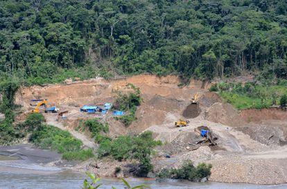 Maquinário pesado em uma mina de ouro junto ao rio Araza (Peru).