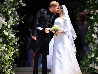Príncipe Harry e Meghan Markle se beijam, após cerimônia.