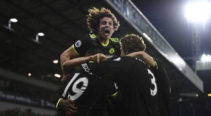 Jogadores do Chelsea comemoram gol de Batshuayi.