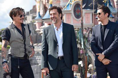 Javier Bardem, entre Johnny Depp (esquerda) e Orlando Bloom, no domingo na estreia do novo filme da série 'Piratas do Caribe', em Paris.