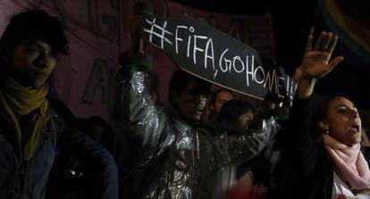 Manifestantes exibem um cartaz contra a FIFA em São Paulo.