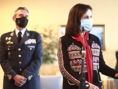 A ministra da Defesa, Margarita Robles, com o general Miguel Ángel Villarroya.