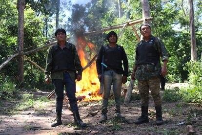 Tainaky Tenetehar, da Terra Indígena Arariboia, acompanhado de Paulo Paulino Guajajara (centro) e do coordenador dos Guardiões da Floresta, Olimpio Guajajara (direita).