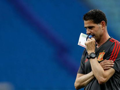 Fernando Hierro, treinador da seleção espanhola desde esta quarta-feira, observa treino preparatório para o jogo contra Portugal.