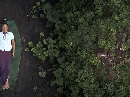 Verónica é uma indígena Achuar que trabalha como parteira em uma cultura em que as mulheres têm vergonha de dar à luz. Esquerda: Verónica em seu território. À direita: o jardim de plantas medicinais de Veronica, na selva equatoriana, onde ela cultiva plantas ancestrais para tratar suas pacientes.