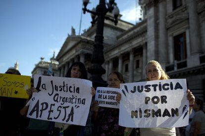 Várias pessoas carregam pôsteres durante uma manifestação diante do Congresso da Argentina, no dia 4 de fevereiro.