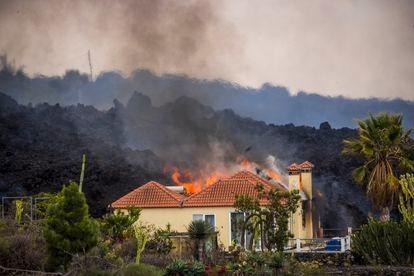 Lava entra em uma casa de El Paraíso, nesta segunda-feira.