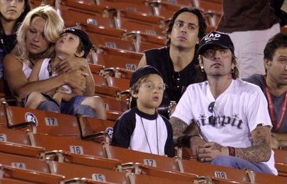 Pamela Anderson, Tommy Lee e seus dois filhos, Brandon Thomas and Dylan Jagger, durante uma competição esportiva no Coliseum de Los Angeles, em 2003.