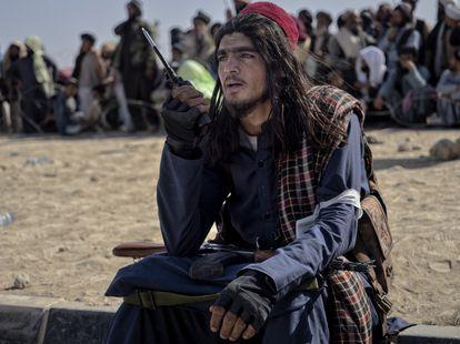 Um jovem combatente do Talibã no recinto do aeroporto de Kandahar, em 14 de agosto.