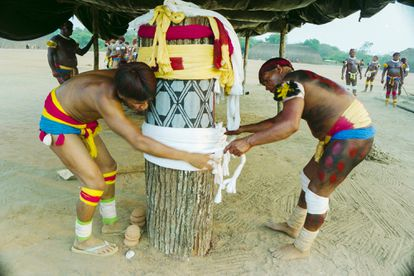 No Kuarup o tronco é pintado, decorado e ao final do ritual, é jogado no rio para seguir seu fluxo.