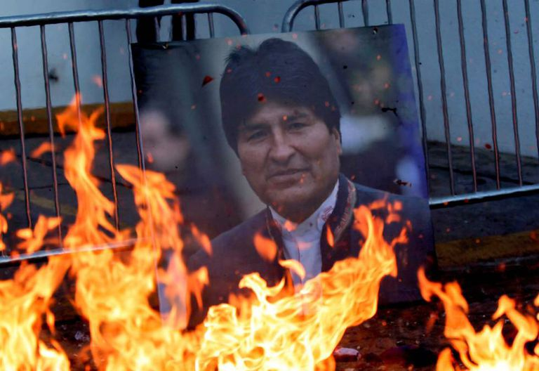 Retrato do ex-presidente da Bolívia, Evo Morales, entre as chamas.