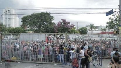 Fila de pessoas aglomeradas aguardando a doação de alimentos na Ceagesp nesta quinta-feira, 14 de janeiro.