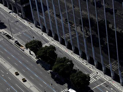 Vista aérea da avenida Presidente Vargas, uma das mais importantes do Rio de Janeiro, vazia pela pandemia.