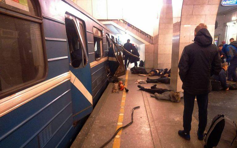 Feridos no atentado aguardam socorro em uma estação de metrô em São Petersburgo, após a explosão de uma bomba.
