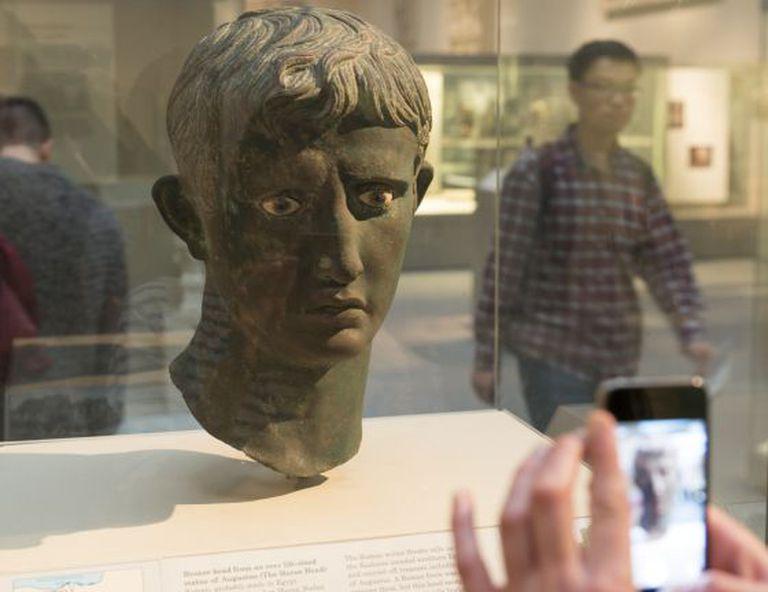 Busto de Augusto encontrado no Sudão e exposto no Museu Britânico.