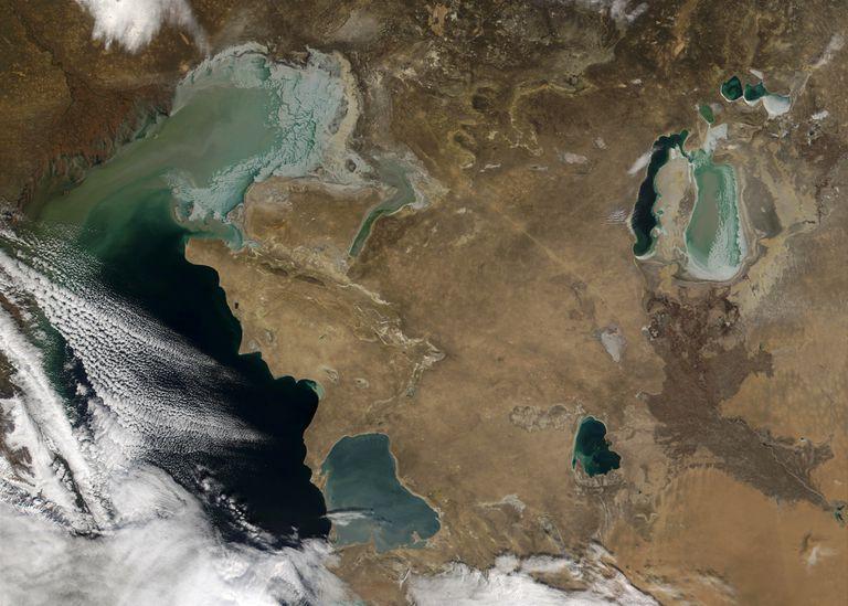 Imagem espacial mostra o Cáspio parcialmente coberto por nuvens. À direita, o que resta do Aral, fragmentado em duas partes.