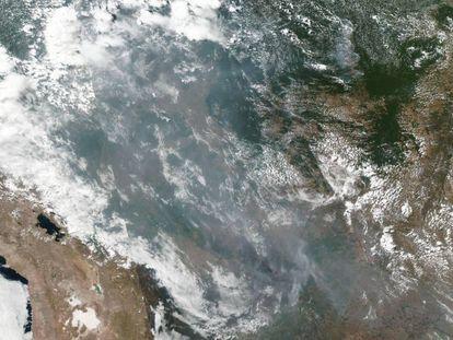 Imagem de satélite da NASA mostra corredor de fumaça formado sobre Estados brasileiros.