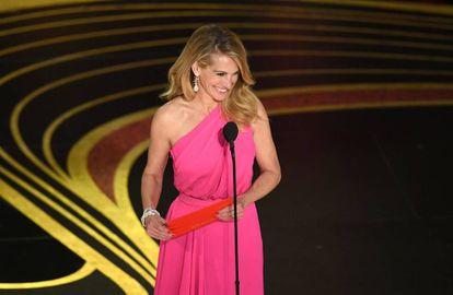 Julia Roberts com o envelope do Oscar de melhor filme.