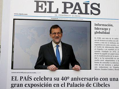 O premiê espanhol, Mariano Rajoy, visita a exposição do 40º aniversário do EL PAÍS.