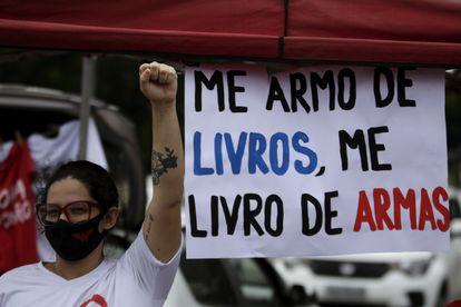 Manifestante em Brasília em ato contra Jair Bolsonaro neste sábado.