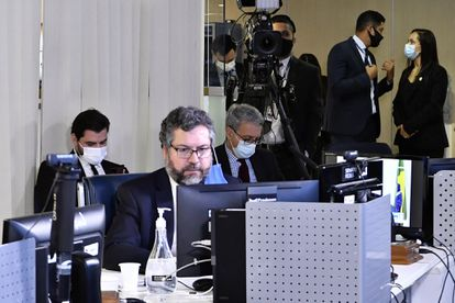 Ernesto Araújo em audiência sobre a busca por vacinas contra a covid-19 no Senado, em 24 de março. A reunião foi realizada na sala de controle da Secretaria de Tecnologia da Informação (Prodasen), de forma virtual.