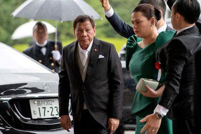 O presidente das Filipinas, Rodrigo Duterte, com sua filha, Sara Duterte-Carpio, em uma cerimônia do imperador Naruhito do Japão, em Tóquio, em 22 de outubro de 2019.