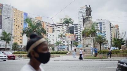 Bandeiras são agitadas em praça de Santos para fazer propaganda dos candidatos das eleições municipais. No pleito local não há nenhuma candidata à prefeitura, mas onze mulheres disputam o cargo de vice da chapa.