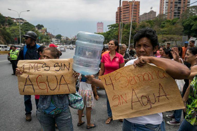 Moradores protestam em Caracas contra a escassez de água.